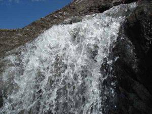 Пскемский хребет. Водопад из ледника в Маситасгонсае