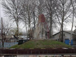 Центр города Газалкент. Памятник воинам.